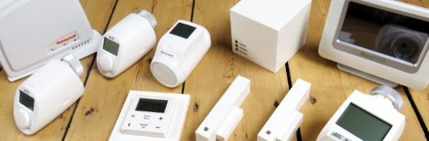 Intelligente Heizungssteuerung im Test, Abbildung verschiedener Komponenten wie Thermostaten, Fensterkontakten, LAN Gateways oder zentralen Bediengeräten